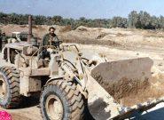 شهید حسین خرازی در حال رانندگی با دستگاه لودر